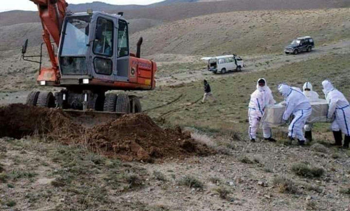 دفن اموات کرونایی با بیل مکانیکی در بیابان! +عکس